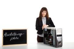 Mujer que repara el ordenador Imagen de archivo libre de regalías