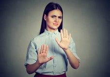 Mujer que repele algo con gesto de la parada de las manos Fotos de archivo
