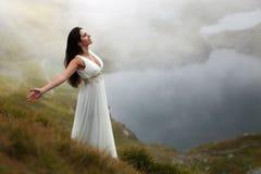 Mujer que respira el aire fresco de la montaña Fotografía de archivo
