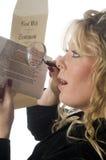 Mujer que revisa el documento Fotos de archivo