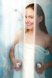 Mujer que riega en cubículo de la cabina de la ducha imagenes de archivo