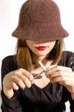 Mujer que rompe el cigarrillo Imagenes de archivo