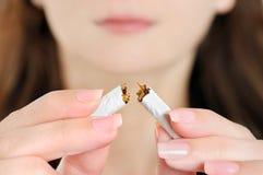 Mujer que rompe el cigarrillo Fotografía de archivo