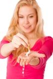 Mujer que rompe el cigarrillo como gesto del abandono que fuma, rotura Imagen de archivo libre de regalías
