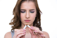 Mujer que rompe el cigarrillo y el concepto de no fumadores Fotografía de archivo libre de regalías