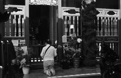 Mujer que ruega en un templo budista en Taipei Foto de archivo
