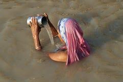 Mujer que ruega en Varanasi Imagen de archivo libre de regalías