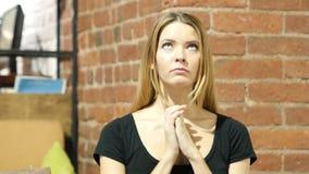 Mujer que ruega para el perdón, interior almacen de metraje de vídeo