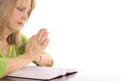 Mujer que ruega sobre la biblia Fotos de archivo libres de regalías