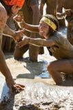Mujer que sale ayuda para arriba de un hueco del fango Imagen de archivo libre de regalías