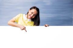 Mujer que señala abajo en el espacio en blanco Foto de archivo libre de regalías