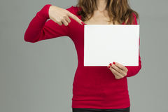 Mujer que señala al cartel fotografía de archivo