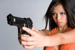 Mujer que señala el arma imagen de archivo