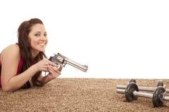 Mujer que señala el arma en la sonrisa de los pesos imagenes de archivo