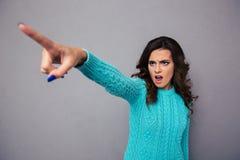 Mujer que señala el finger en algo Imagenes de archivo