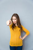 Mujer que señala el finger en la cámara Fotografía de archivo libre de regalías