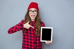Mujer que señala el finger en la pantalla de tableta Fotos de archivo libres de regalías