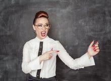 Mujer que señala en algo en su mano Imagen de archivo libre de regalías