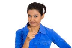 Mujer que señala en alguien como si decirle hiciera algo mal Foto de archivo libre de regalías