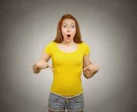 Mujer que señala en el espacio en blanco de la copia de su camiseta amarilla Imágenes de archivo libres de regalías