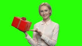 Mujer que señala en la caja de regalo roja almacen de video