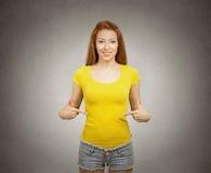 Mujer que señala en la camiseta amarilla en blanco Imágenes de archivo libres de regalías