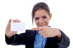 Mujer que señala en la tarjeta en blanco Imágenes de archivo libres de regalías