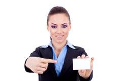 Mujer que señala en la tarjeta en blanco Fotografía de archivo
