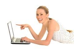 Mujer que señala en su computadora portátil Imágenes de archivo libres de regalías