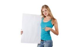 Mujer que señala en un tablero en blanco Fotos de archivo