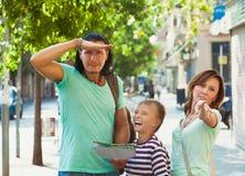 Mujer que señala la dirección para la familia Fotografía de archivo