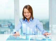 Mujer que señala a los botones en la pantalla virtual Fotografía de archivo libre de regalías