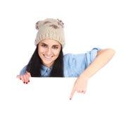 Mujer que señala su dedo en la cartelera blanca Foto de archivo libre de regalías
