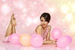 Mujer que se acuesta con los balones de aire Imágenes de archivo libres de regalías