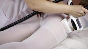 Mujer que se acuesta para el tratamiento del masaje del LPG almacen de video