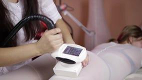 Mujer que se acuesta para el tratamiento del masaje del LPG almacen de metraje de vídeo