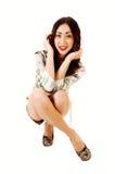Mujer que se agacha en suelo. Imagenes de archivo