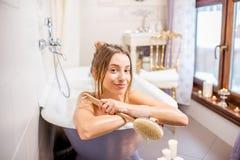 Mujer que se baña en el cuarto de baño retro foto de archivo