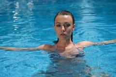 Mujer que se baña en piscina fotografía de archivo