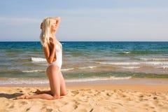 Mujer que se baña en el mar Foto de archivo