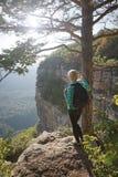 Mujer que se coloca al borde del barranco imagen de archivo