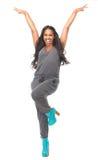 Mujer que se coloca con los brazos aumentados y la expresión feliz Imagen de archivo