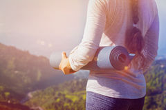 Mujer que se coloca con yoga Foto de archivo libre de regalías