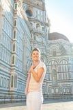Mujer que se coloca delante de cattedrale en Florencia Imágenes de archivo libres de regalías