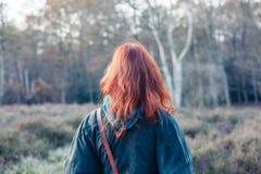 Mujer que se coloca en el bosque Foto de archivo