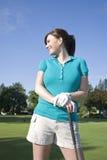 Mujer que se coloca en el campo de golf - vertical Fotos de archivo