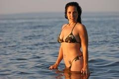 Mujer que se coloca en el océano fotografía de archivo libre de regalías