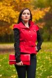 Mujer que se coloca en el parque Fotos de archivo