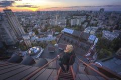 Mujer que se coloca en el tejado en el edificio moderno en Kiev, Ucrania Imagen de archivo libre de regalías