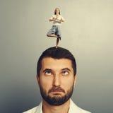 Mujer que se coloca en la cabeza del hombre absurdo imagen de archivo libre de regalías